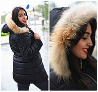 Удлиненная женская куртка-пуховик с натуральным мехом на капюшоне.