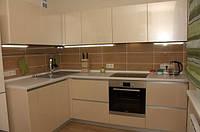 Бежевая угловая кухня без ручек, фото 1