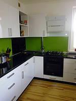 Кухня встроенная по периметру комнаты