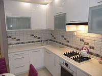 Угловая светлая кухня 12 кв. м.