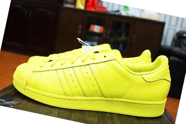 Фото желтых женских кроссовок Adidas
