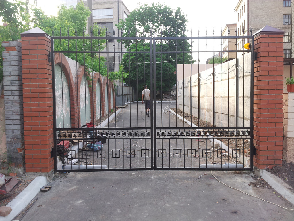 Ворота распашные с автоматикой с элементами декора