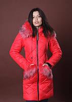 Женская зимняя куртка с капюшоном красного цвета