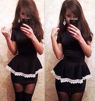 Женское платье с баской и кружевом