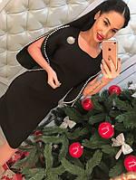 Женское стильное трикотажное платье с жемчугом и брошью (2 цвета)