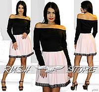 Платье с открытыми плечами и кружевом