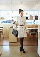 Молочное женское пальто с пуговицами