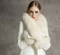 Женское пальто с большим меховым воротником