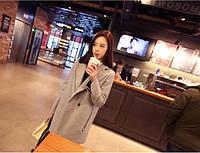 Женское пальто с большими замками на карманах