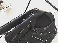 Кожаная куртка с шипами и замками