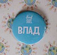 Значок с логотипом компании и именем сотрудника