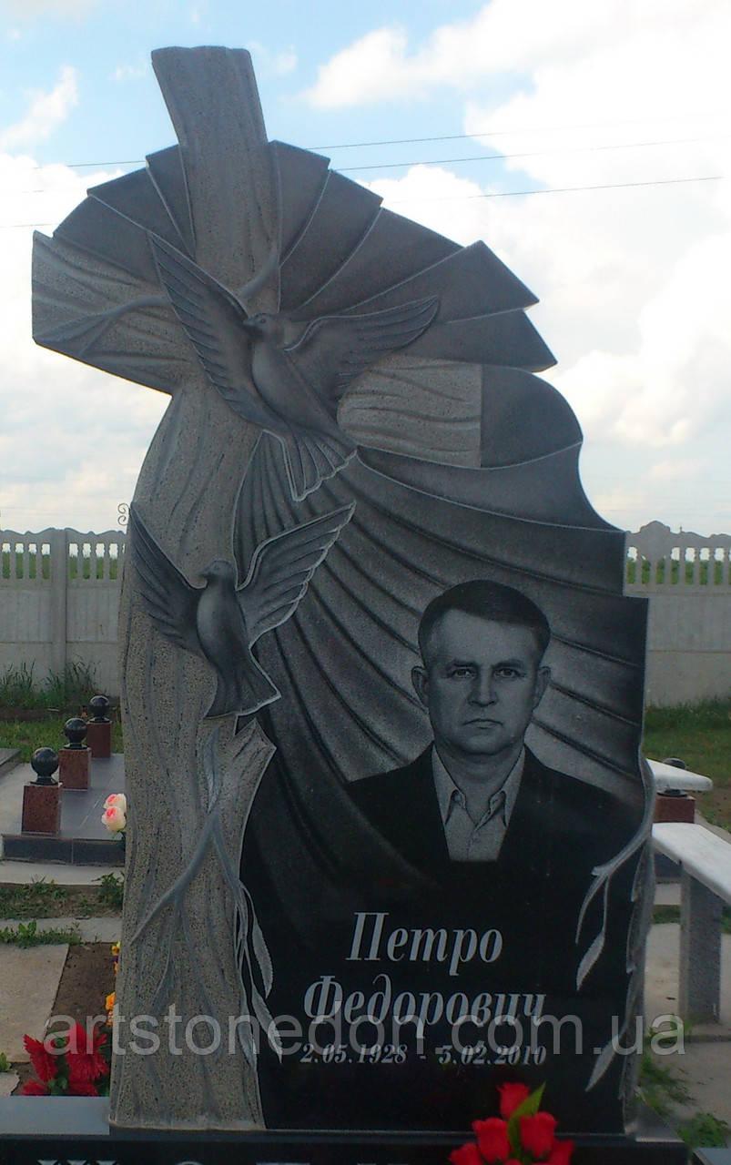 Памятник с голубями и крестом