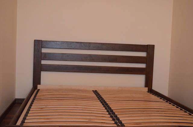 Изголовье кровати - строгое, лаконичное и оригинальное.