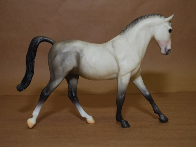 Оригинальная модель имеет среднюю сложность, отличается мелкими деталями в гриве и голове. Потенциальные проблемы – ноги в разных в плоскостях, торчащий хвост