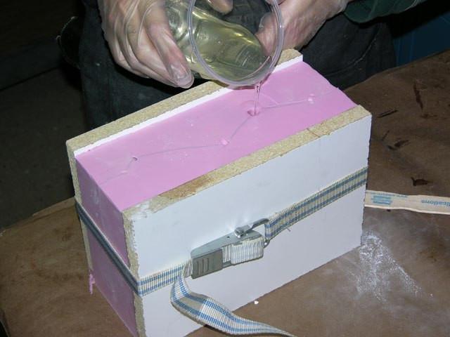 Используем литьевые смолы или полиуретаны для тиражирования, медленно заполняя форму в отверстие, где было копыто