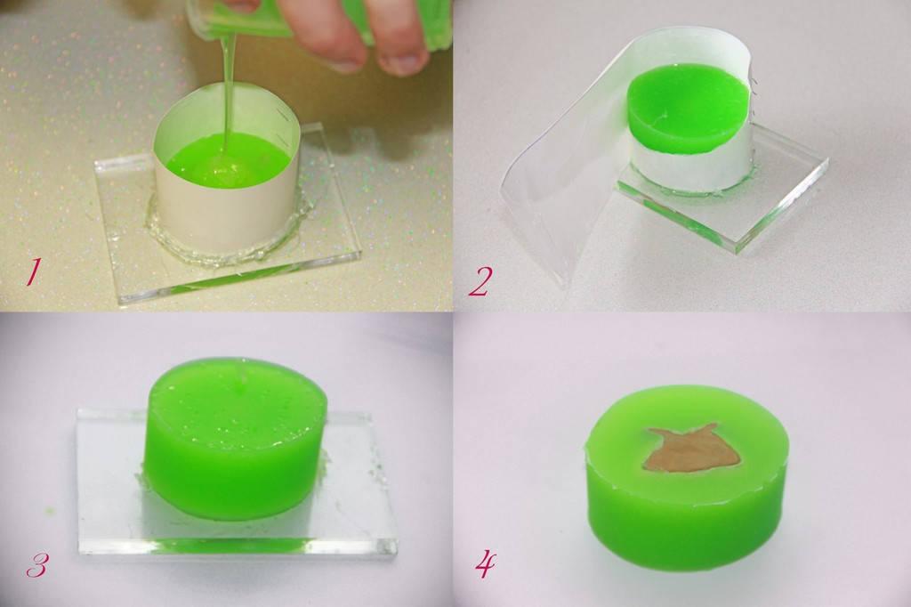 Аккуратно в одну точку заливам силикон, позволяя ему самому распределяться по рельефу. Через 6 часов аккуратно снимаем форму. Силикон в большинстве случаев не требует никаких разделительных смазок, он очень мягкий и удобный в работе