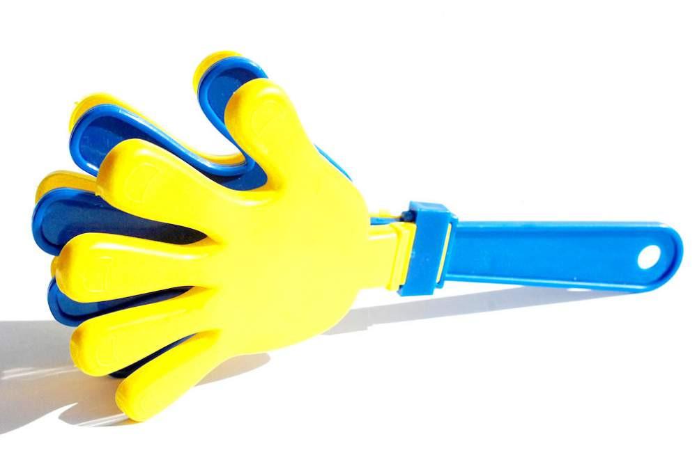 Рука хлопушка - трещотка для болельщиков