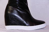 Стильные молодежные сапоги на танкетке черного цвета