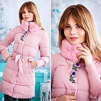 Теплая удлиненная женская куртка на синтепоне, сезон зима, с красивой брошкой. Цвет розовый