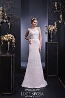 Изысканое свадебное платье прямого силуэта с аккуратным атласным пояском