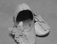 Чешки кожаные белого цвета три бабочки
