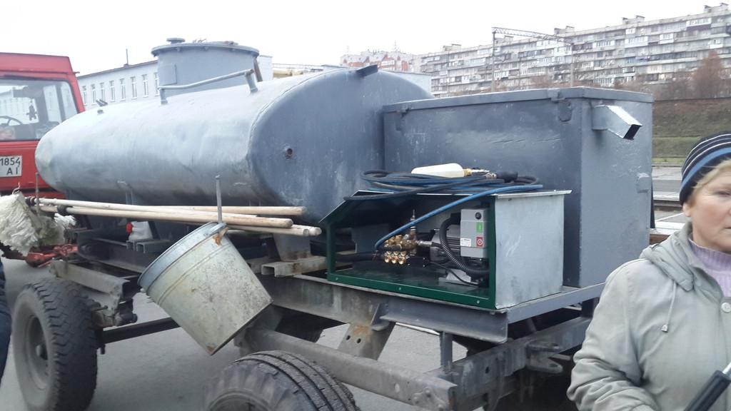 На Киев пассажирском установлен аппарат высокого давления ПРОФИ 2 для мойки вагонов , в паре с дизельгенератором мощностью 10 квт. Аппарат выдает 150 бар давление воды и потребляет 15л\мин.