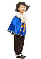 Маскарадный костюм мушкетера: рубашка с накидкой, капри, шляпа с пером.
