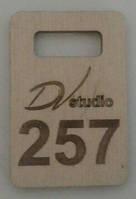 Номерки для гардероба прямоугольные деревянные с логотипом