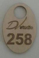Номерки для гардероба овальные деревянные с логотипом