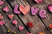 День Святого Валентина смысл праздника один , а обычаи разные:)