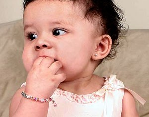 Когда можно носить серьги ребенку?