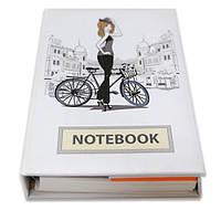 Блокнот со стикерами Post-it, в твердой обложке «Дівчина з велосіпедом» в комплекте с чехлом