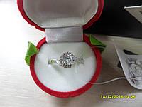 Кольцо с искусственным бриллиантом в серебре.