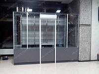 Торговый островок выполнен из стеклянных витрин с применением алюминиевого профиля и дсп, а также был установлен ролет.