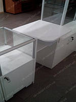 Торговая точка выполнена из стеклянных витрин с алюминиевым профилем и экономпанелью где основой конструкции является дсп.