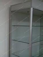 Витрина с задней стенкой из дсп и алюминиевым профилем по передним торцам дает возможность изготовить витрину со стеклянными боковыми стенками. Витрина имеет подсветку, 2 шт LED светильника, которые выдают достаточно света и не греет на полку