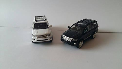 Машинка Lexus LX570 коллекционная черная и белая
