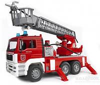 Игрушка Bruder Пожарный грузовик с лестницей, водяной помпой, светом и звуком М1:16