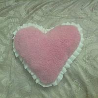 Оригинальная подушка из овчины в виде сердца