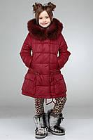Бордовая курточка декорирована мехом