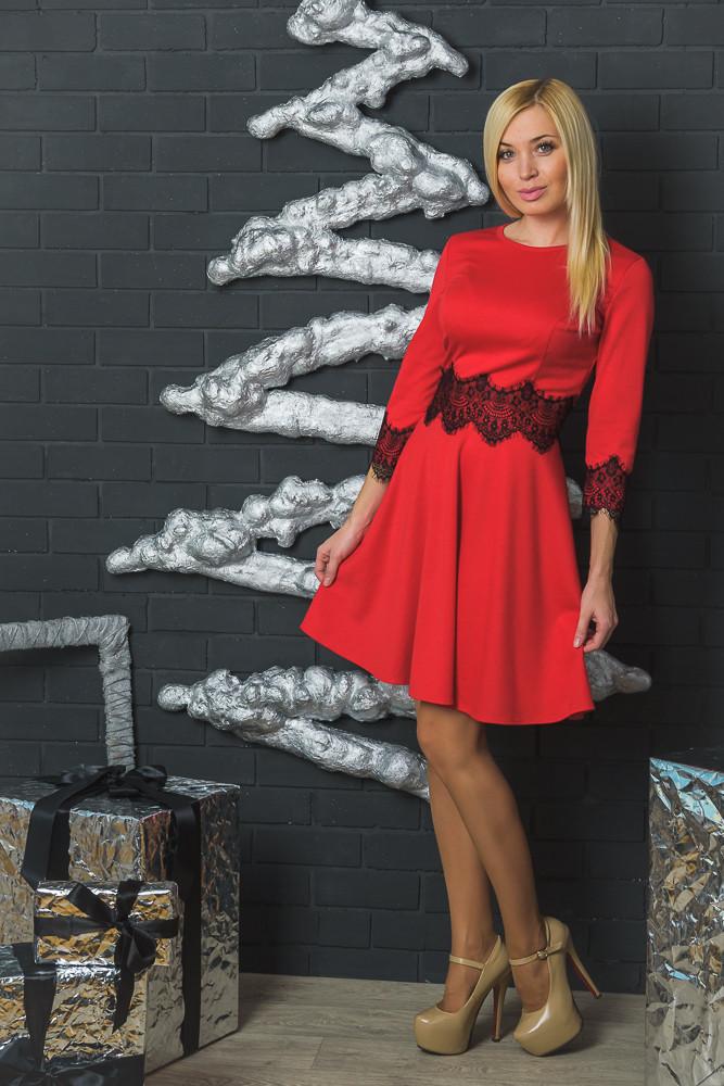 Нарядное женское платье красное