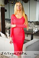 Женское силуэтное платье миди коралл