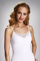 Женская бельевая майка белого цвета с кружевом, на тонких бретелях. Модель Julia Eldar.