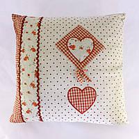 Подушка красная с сердечками
