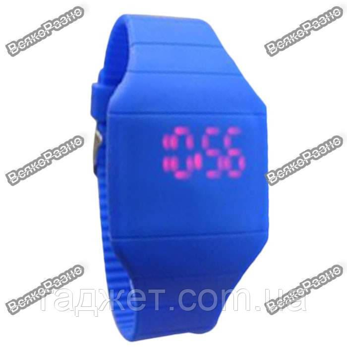 Мужские сенсорные часы синего цвета.