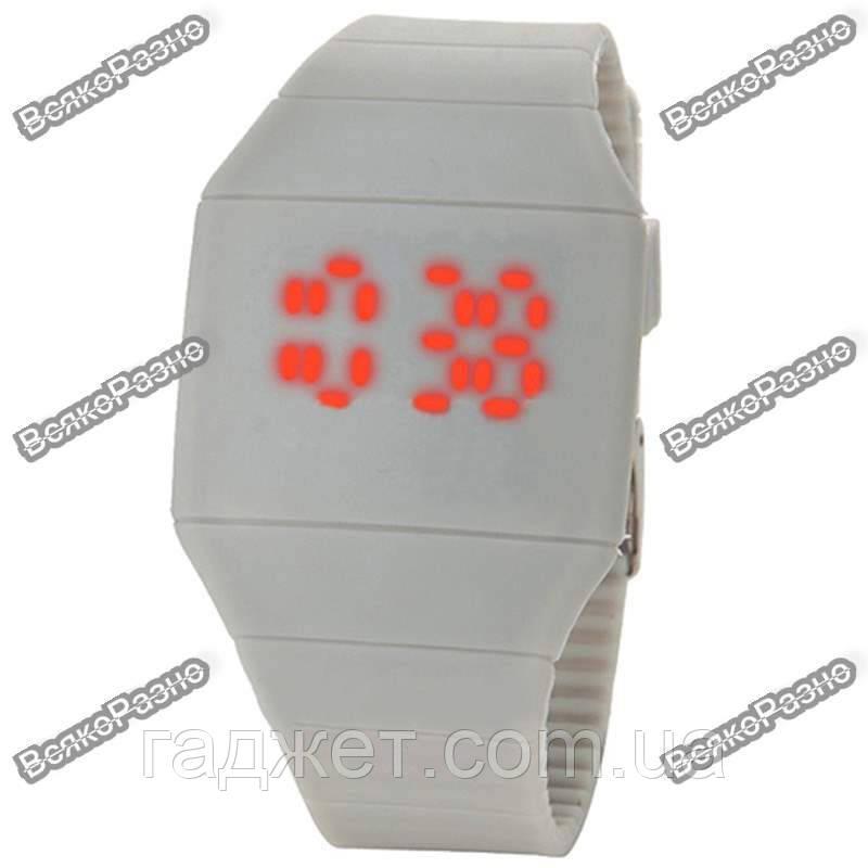Спортивные сенсорные часы белого цвета.