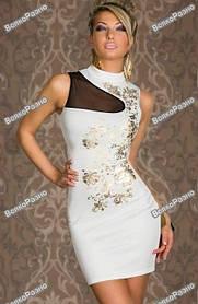 Платье с цветами белого цвета.