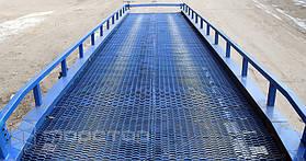 Покрытие  проезжей части выполнено из просечно-вытяжного листа, который отличается высоким коэффициентом сцепления, пропускает воду и снег, не задерживает грязь и препятствует образованию наледи при морозе.