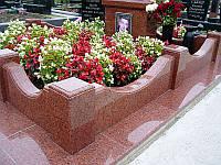 Цоколь з камня для могилы на кладбище