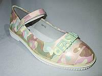 Туфли оптом подростковые для девочек, 31-37, с перепонкой и пряжкой-надписью, перламутровый камуфляж зеленый